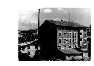 Fàbrica de Can Portavella a ple funcionament, amb la xemeneia de testimoni. Foto: Arxiu Salés